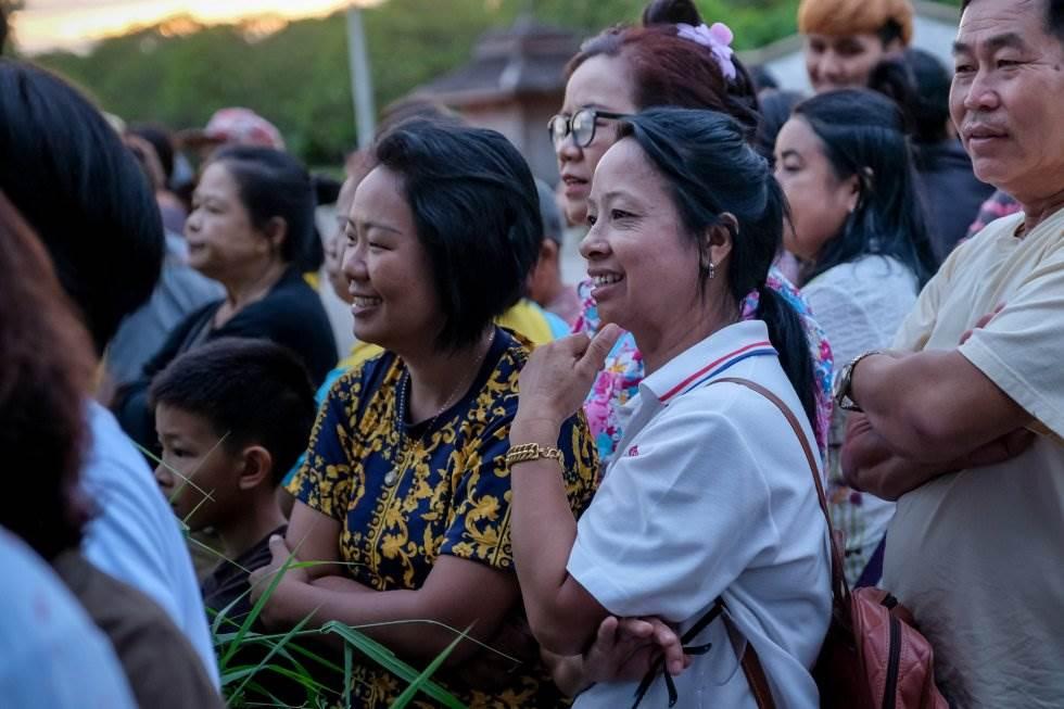 Una multitud se congrega para celebrar la llegada de las ambulancias que trasladan a los niños rescatados de la cueva Tham Luang (Tailandia) y a su entrenador tras días atrapados, el 10 de julio de 2018.