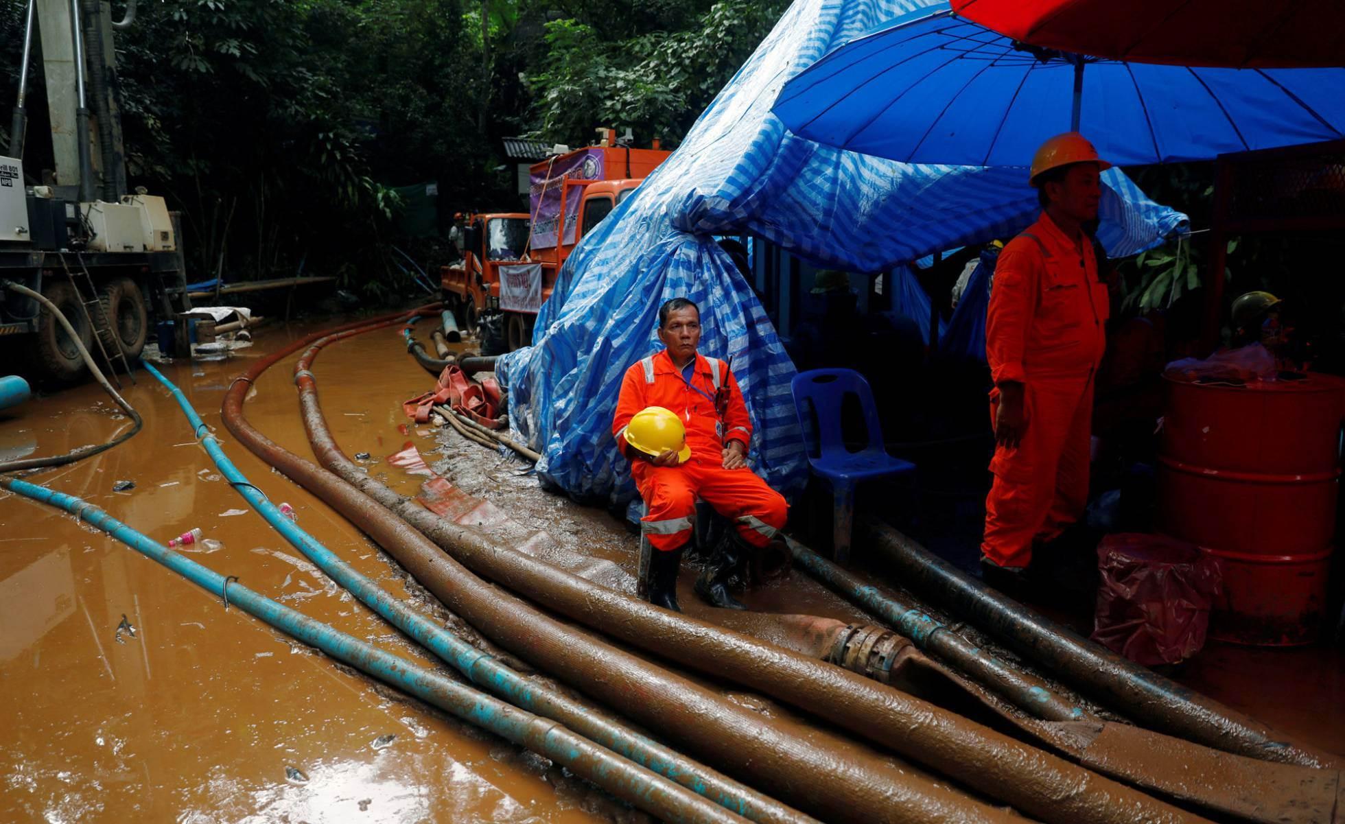 Rescatadores esperan frente a la cueva Tham Luang, el 3 de julio de 2018