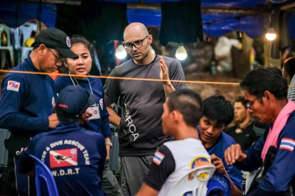 Expertos extranjeros discuten con el equipo tailandés sobre el rescate, el 3 de julio de 2018.
