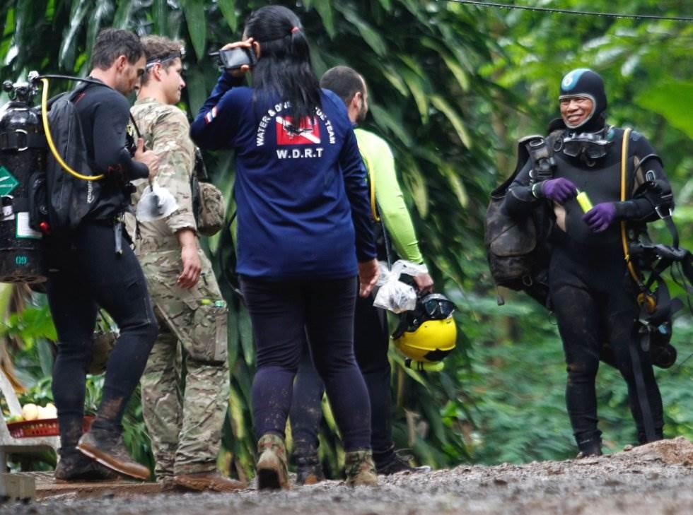 Personal del Equipo de Operaciones Especiales de los Estados Unidos Equipo de Búsqueda y Rescate del Pacífico durante los preparativos para la operación de rescate de los niños en la cueva de Tham Luang (Tailandia), el 3 de julio de 2018.