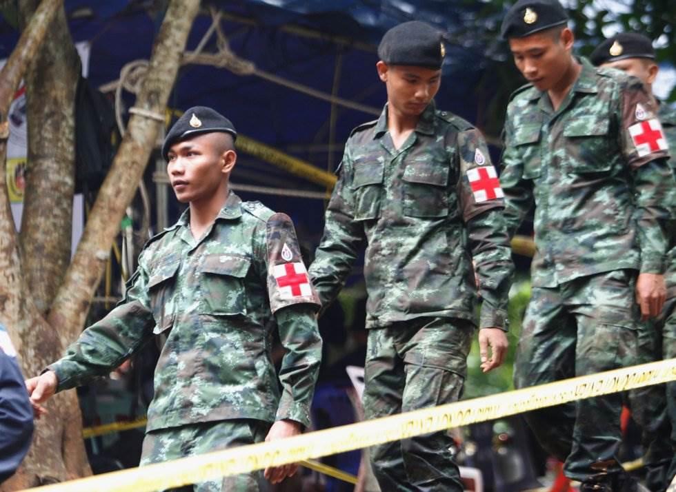El personal médico militar durante la operación de rescate en la cueva de Tham Luang en el parque forestal Khun Nam Nang (Tailandia),el 3 de julio de 2018.