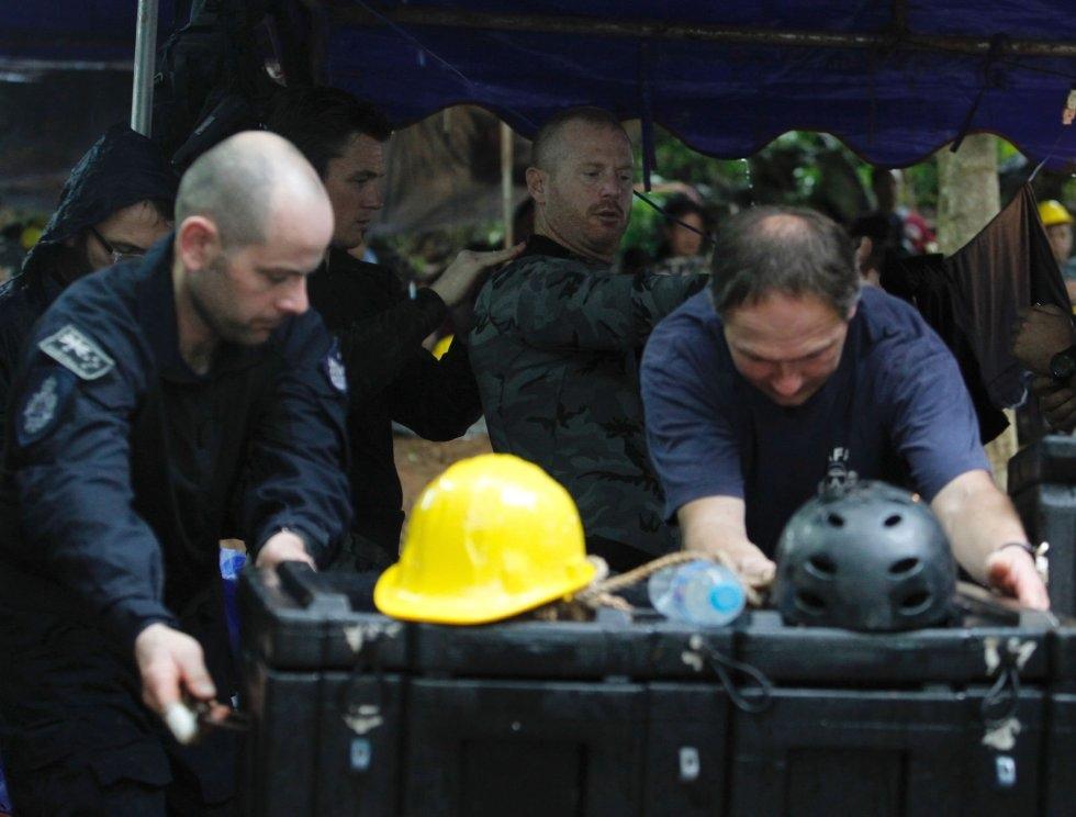 La Policía Federal y la Fuerza de Defensa de Australia prepara el material de rescate en el Parque Forestal Khun Nam Nang (Tailandia), el 3 de julio de 2018.