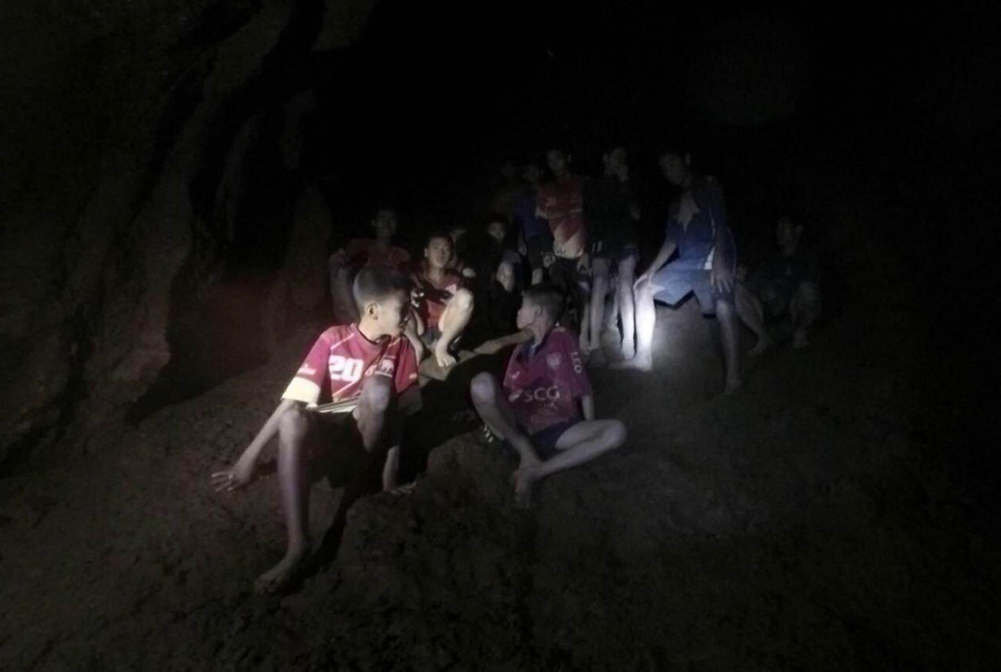 Los 12 menores y su entrenador, desaparecidos en la cueva Tham Luang, en el momento de su rescate en Tailandia.