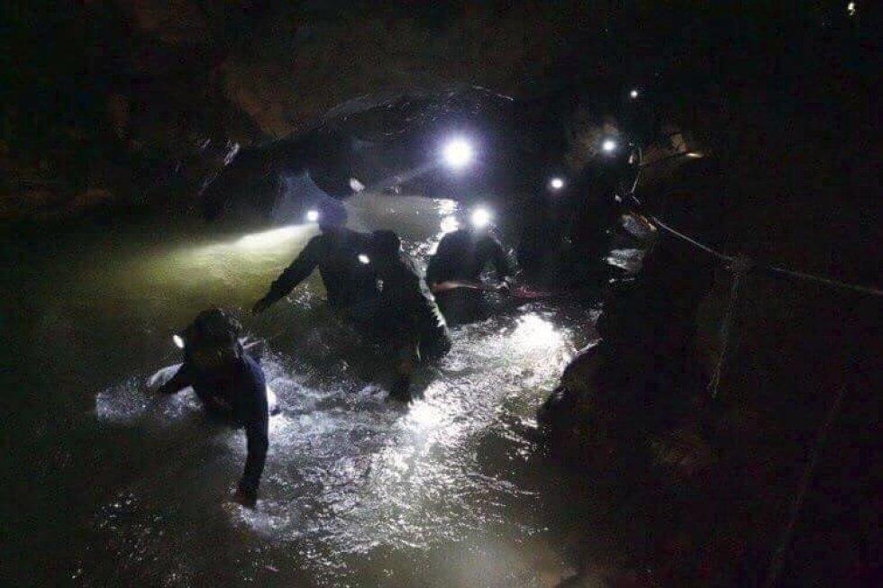 Los equipos de rescate han hallado con vida a los 12 niños que desaparecieron junto a su entrenador hace ya nueve días en una de las atracciones turísticas de Tailandia, la cueva Tham Luang Nang Non, según ha informado este lunes el gobernador de la provi