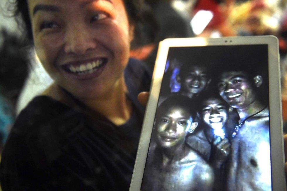 El gobernador de Chiang Rai ha explicado que han sido hallados cerca de una isleta en el interior de la cueva, según el canal tailandés PBS. En la imagen, un familiar muestra la imagen de los niños rescatados.