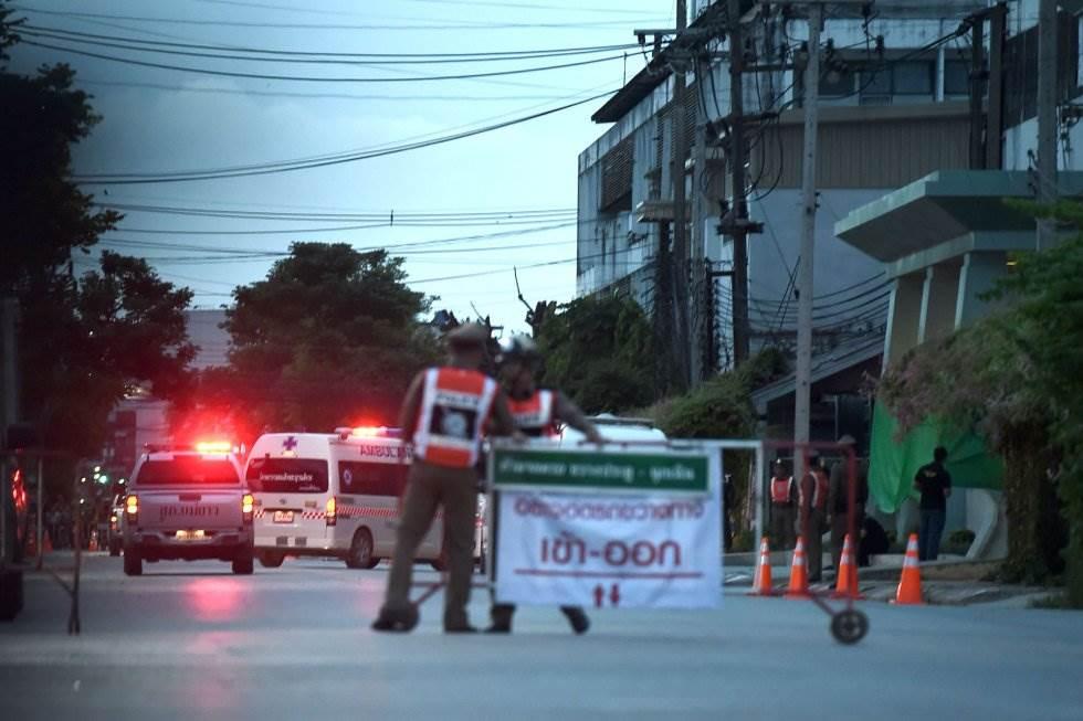 Una ambulancia transporta a algunos de los niños rescatados de la cueva Tham Luang (Tailandia) hacia el hospital en Chiang Rai, el 10 de julio de 2018.