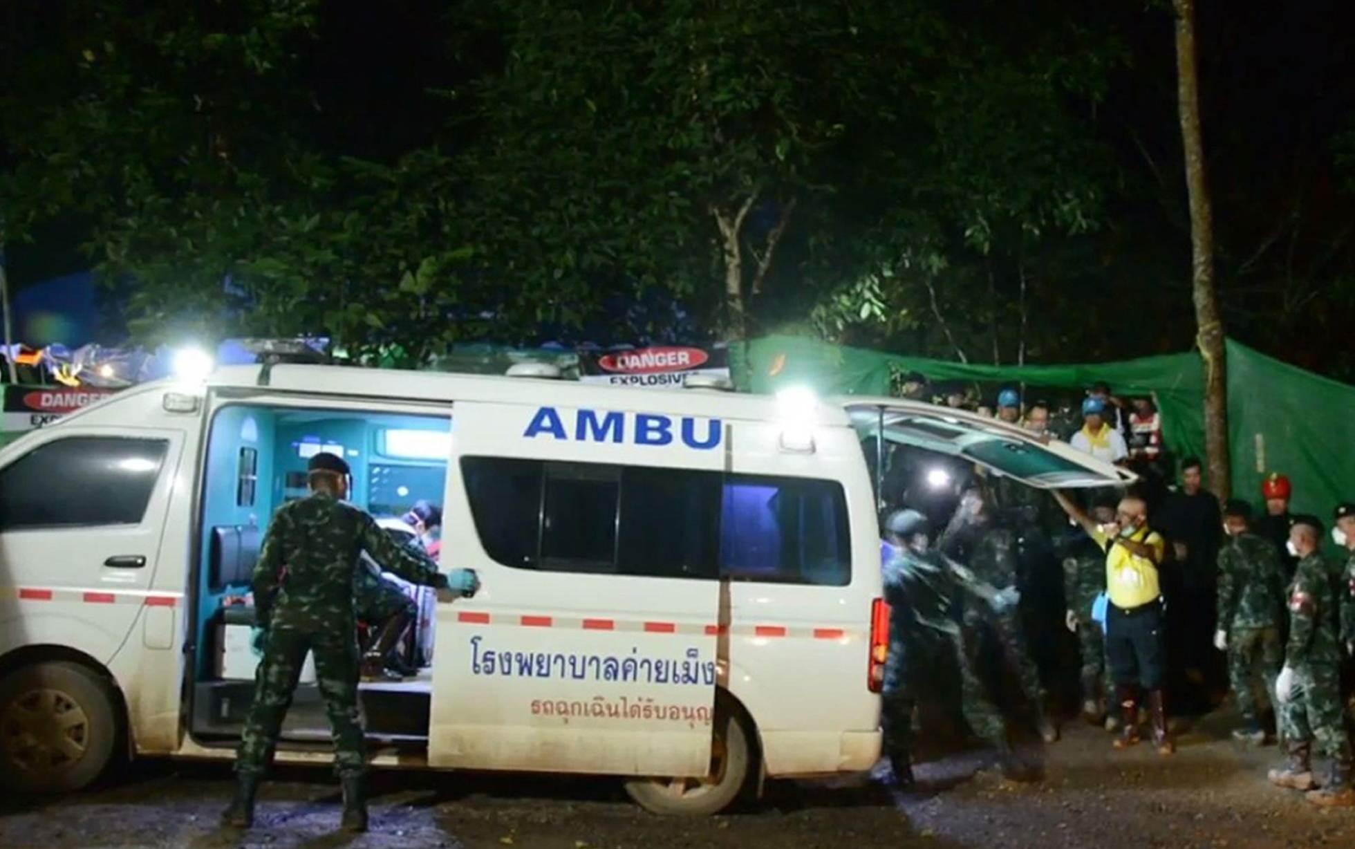 Personas de emergencias trabajan junto a una ambulancia que traslada a uno de los menores rescatados de la cueva de Tham Luang, el 8 de julio de 2018.