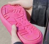 Crean calzado hecho con chicles de la calle