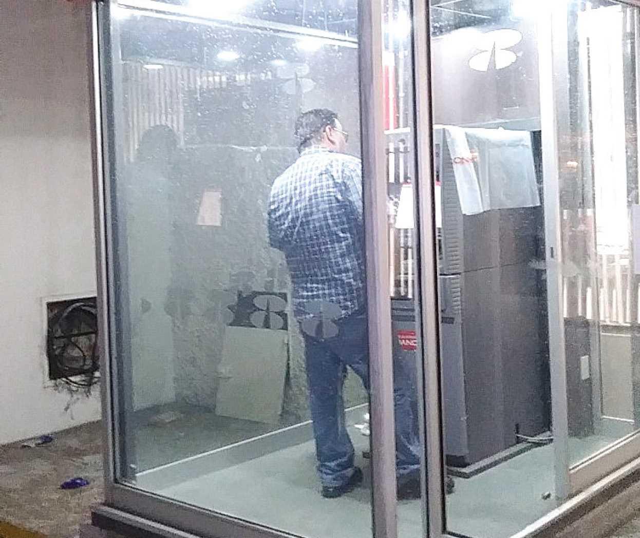 Los dejan sin dinero la tarde for Los cajeros automaticos