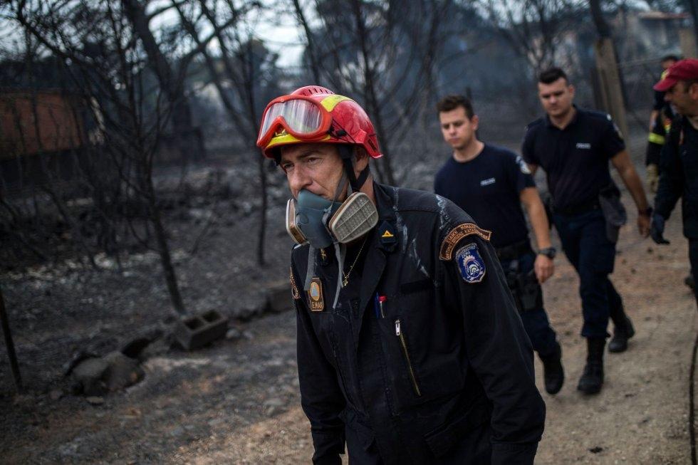 El grupo de rescate continúa la labor de búsqueda de víctimas en las zonas afectadas por el incendio en Mati (Grecia).