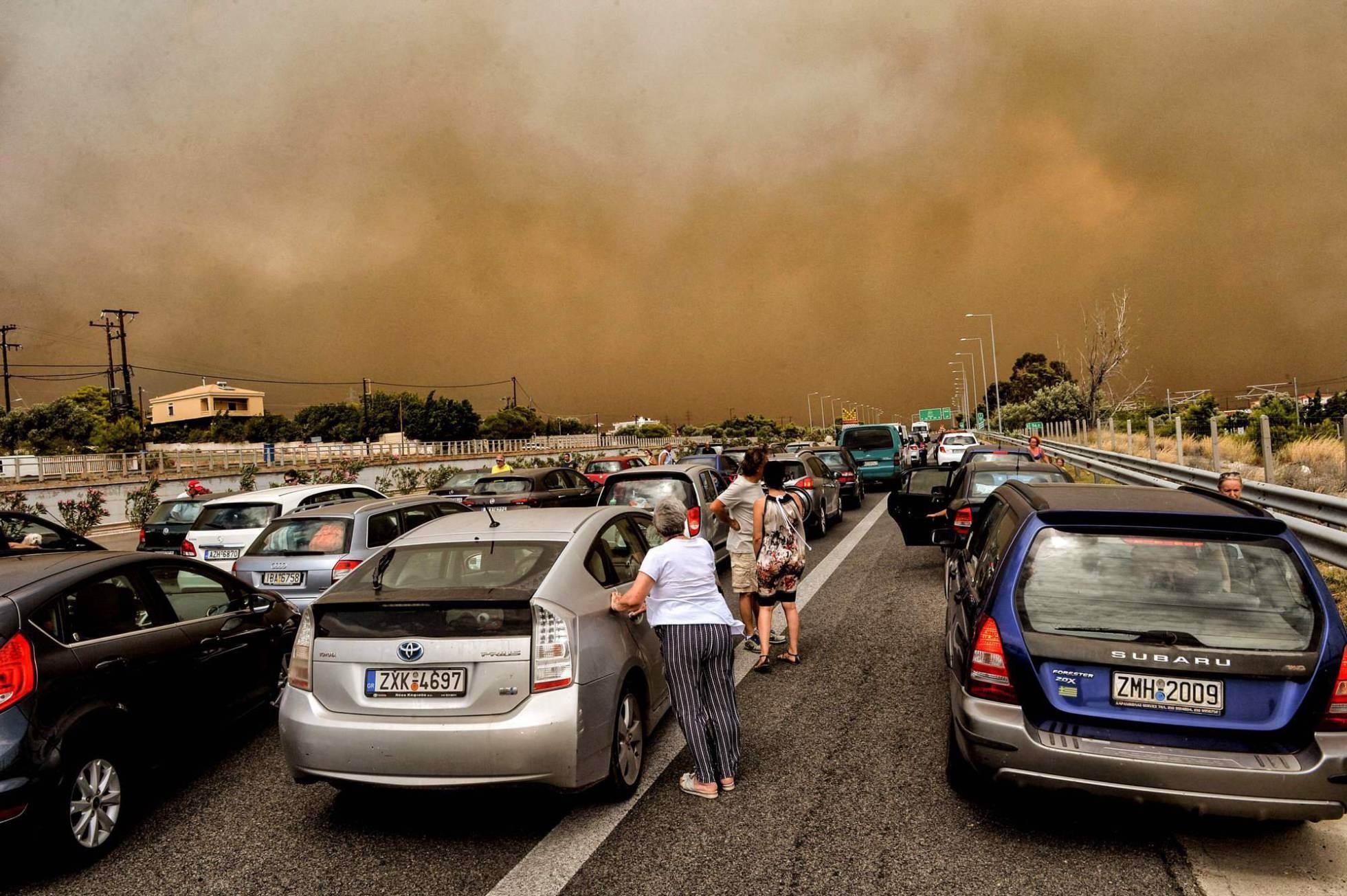 Coches bloqueados en la carrete cerca de la ciudad de Kineta (Grecia).