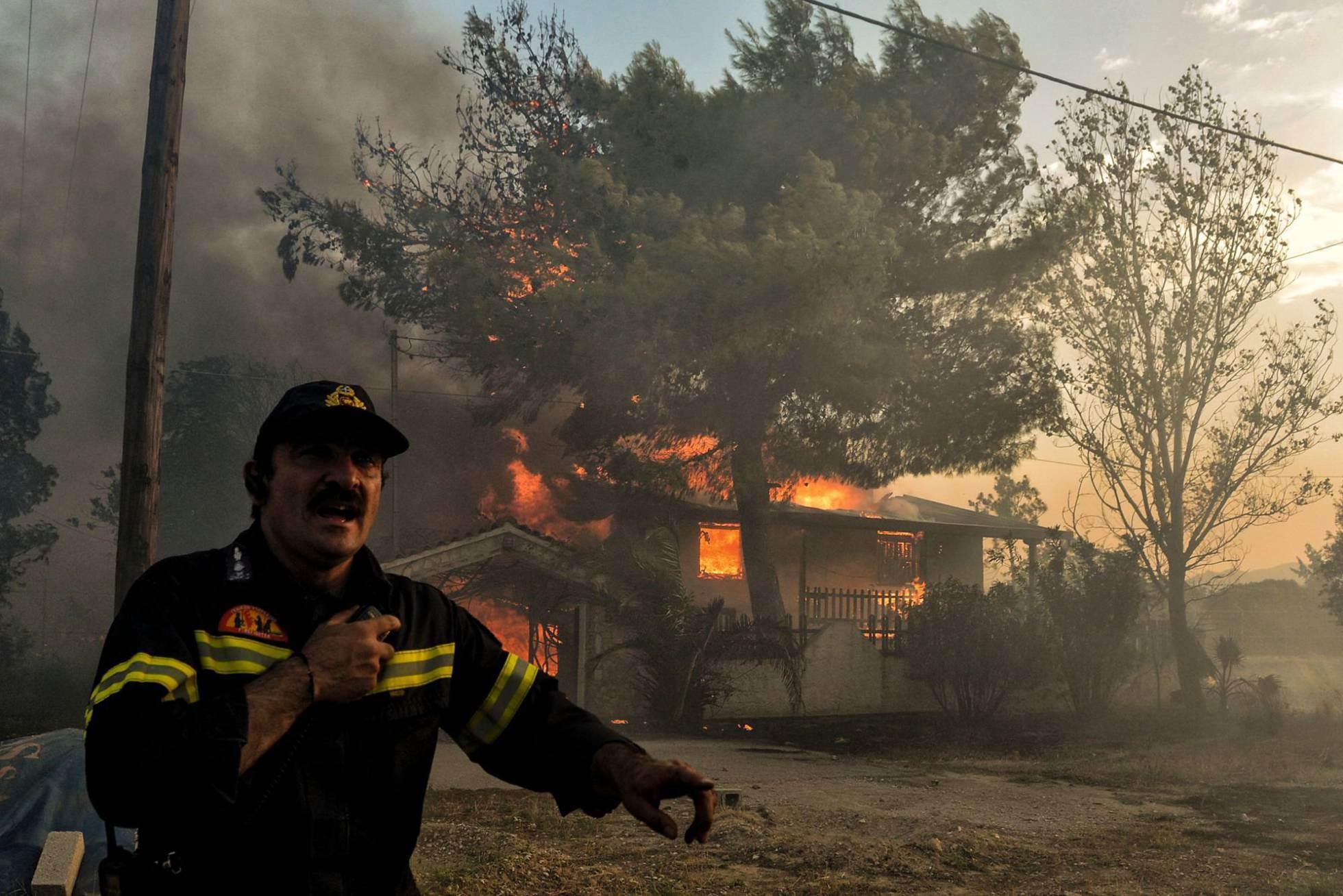 Después de que las autoridades declararan el estado de emergencia y solicitaran ayuda internacional, el portavoz del Gobierno, Dimitris Tzanakópulos, anunció que llegarán aviones de extinción desde España, así como voluntarios de Chipre. En la imagen, un