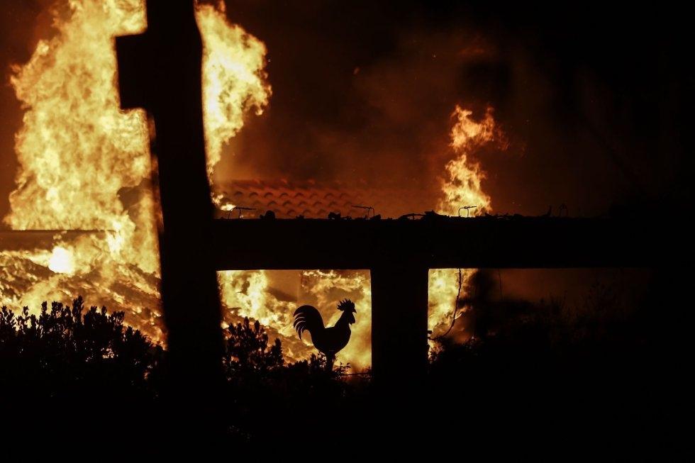 Una casa devorada por las llamas en Mati, (Grecia).