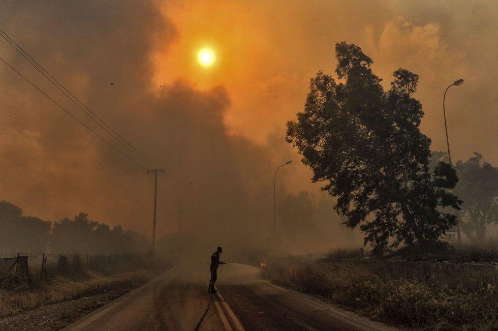Las autoridades seguían buscando víctimas y evacuando a los afectados. En la imagen, un bombero trabajando en los alrededores de Kineta (Grecia).