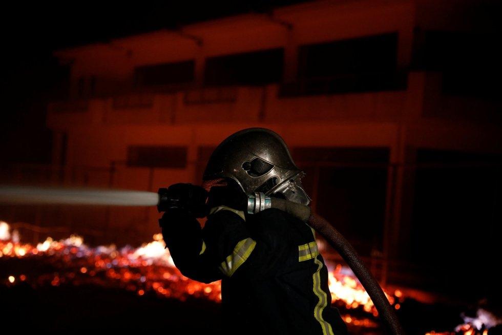 Los bomberos seguían luchando en la madrugada del martes contra las llamas en Atica al tiempo que estallaban otros incendios en otras regiones griegas. En la imagen, un bombero en el pueblo de Mati, cerca de Atenas.