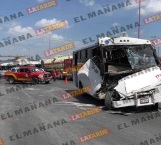 Chocan microbuses y camioneta; 9 lesionados