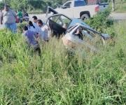 Chocan taxi y Jetta en carretera Tampico-Mante