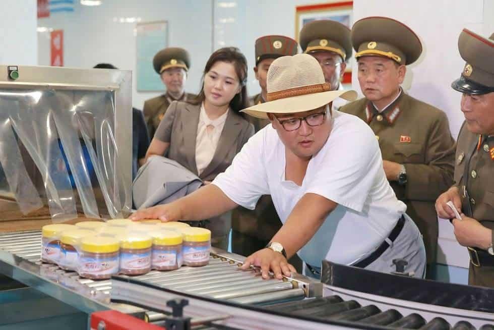 Kim Jong-Un (c) en la fábrica de pescado Pickling con su mujer Ri Sol Ju (2i) en Hwanghae del sur (Corea del Norte).