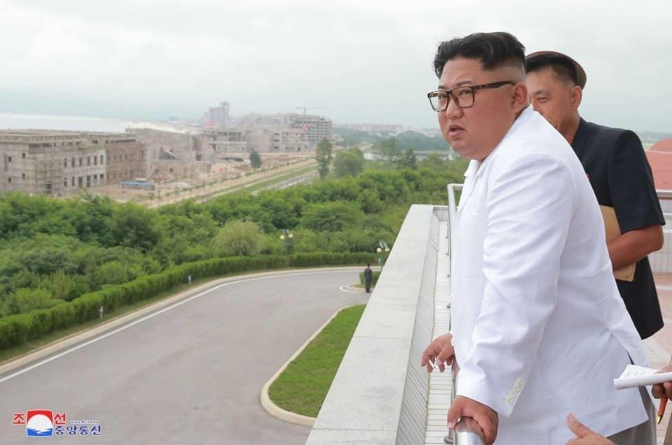 Kim Jong-Un inspecciona las obras en el área turística de Wonsan-Kalma, en Pionyang (Corea del Norte).