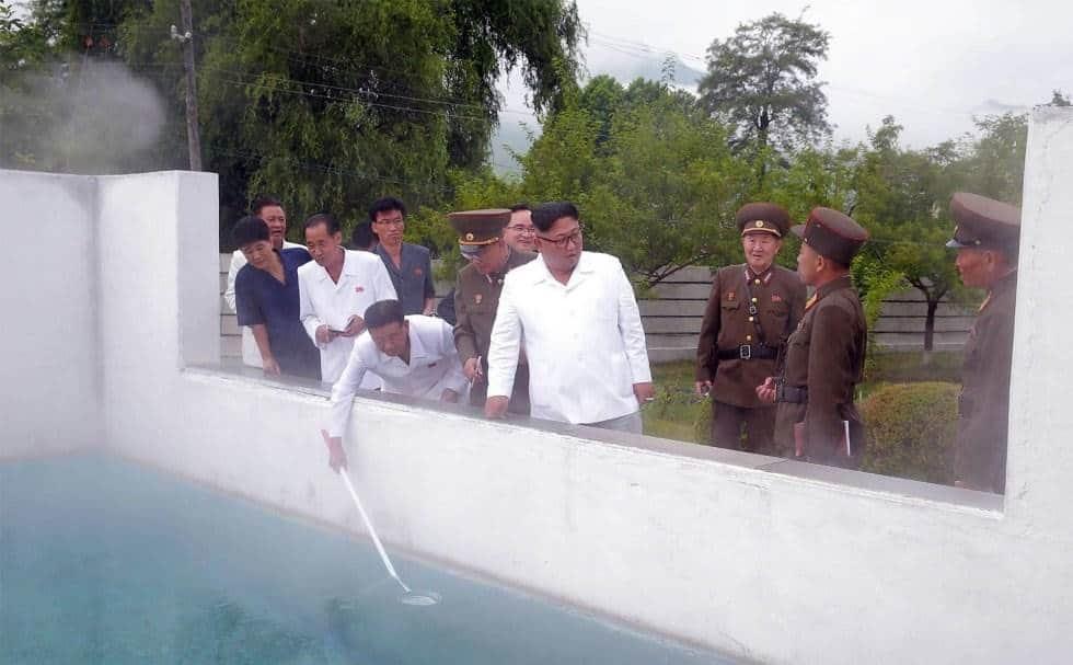 Kim Jong-Un durante una visita a un área de aguas termales en el condado de Yangdok (Corea del Norte).