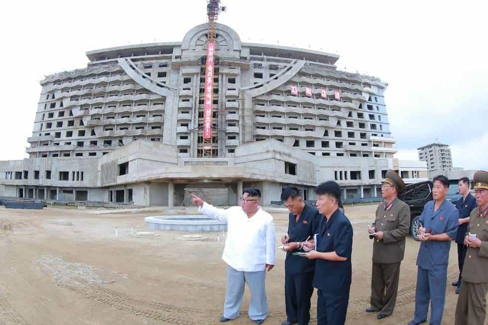 El líder norcoreano, Kim Jong-Un, en su visita a la cosntrucción del área turística Wonsan-Kalma en Kangwon (Corea del Norte)