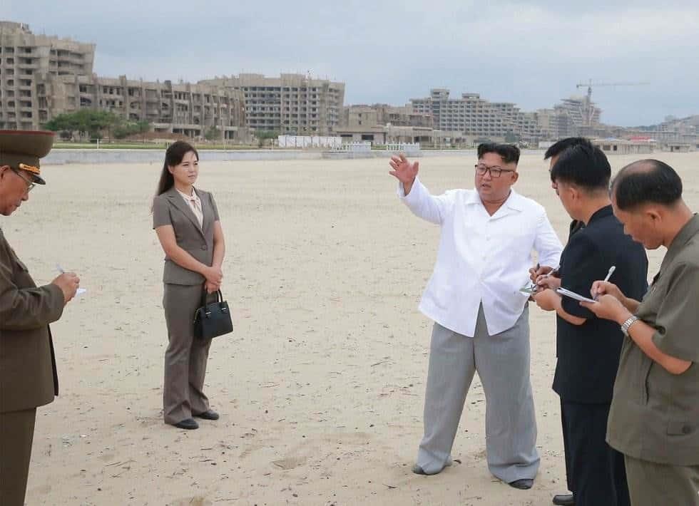 El líder norcoreano junto a su esposa, Ei Sol Ju, en el área turística en construcción de Kangwon (Corea del Norte).