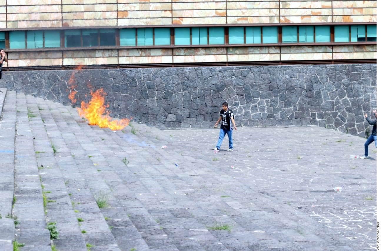 La UNAM condenó los actos de agresión contra los estudiantes en un comunicado y aseguró que denunciará para que se identifique y castigue a los responsables.