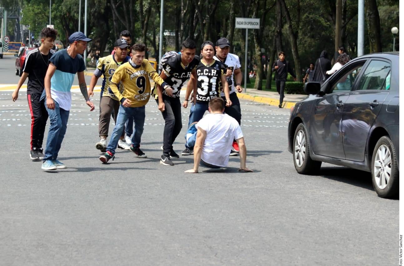 Aunque elementos de Auxilio UNAM intentaron intervenir durante la agresión hacia los estudiantes, fue insuficiente contra el número de porros.