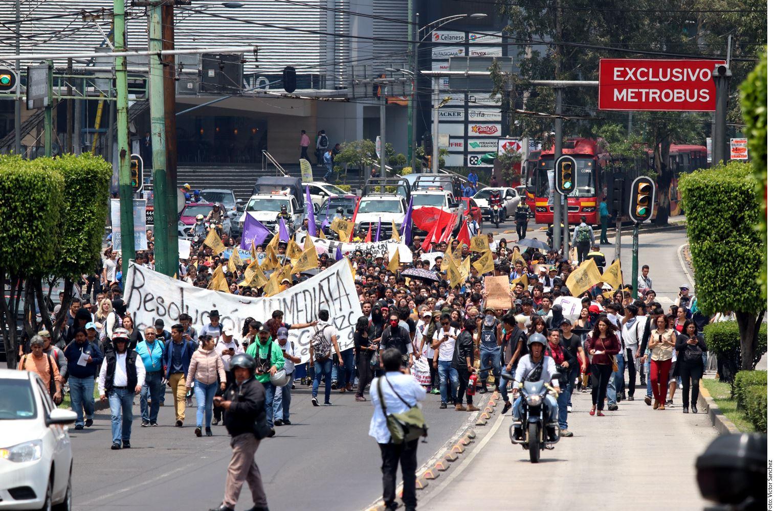 Los estudiantes del bachillerato de la UNAM marcharon esta tarde en Ciudad Universitaria para, entre otras cosas, exigir más seguridad en el plantel.