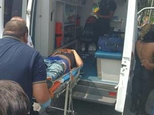 Dos personas fueron trasladadas a un hospital a bordo de una ambulancia.