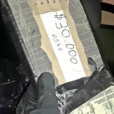 DECOMISO. En dos dobles fondos, dentro del autobús, llevaban los paquetes conteniendo los dólares asegurados.
