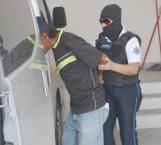 Huye y empaleta a tres policías que lo cuidaban