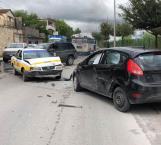 Choque de taxi contra vehículo deja 2 lesionados