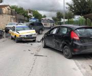 Choque de taxi contra vehículo deja 2 lesionados leves
