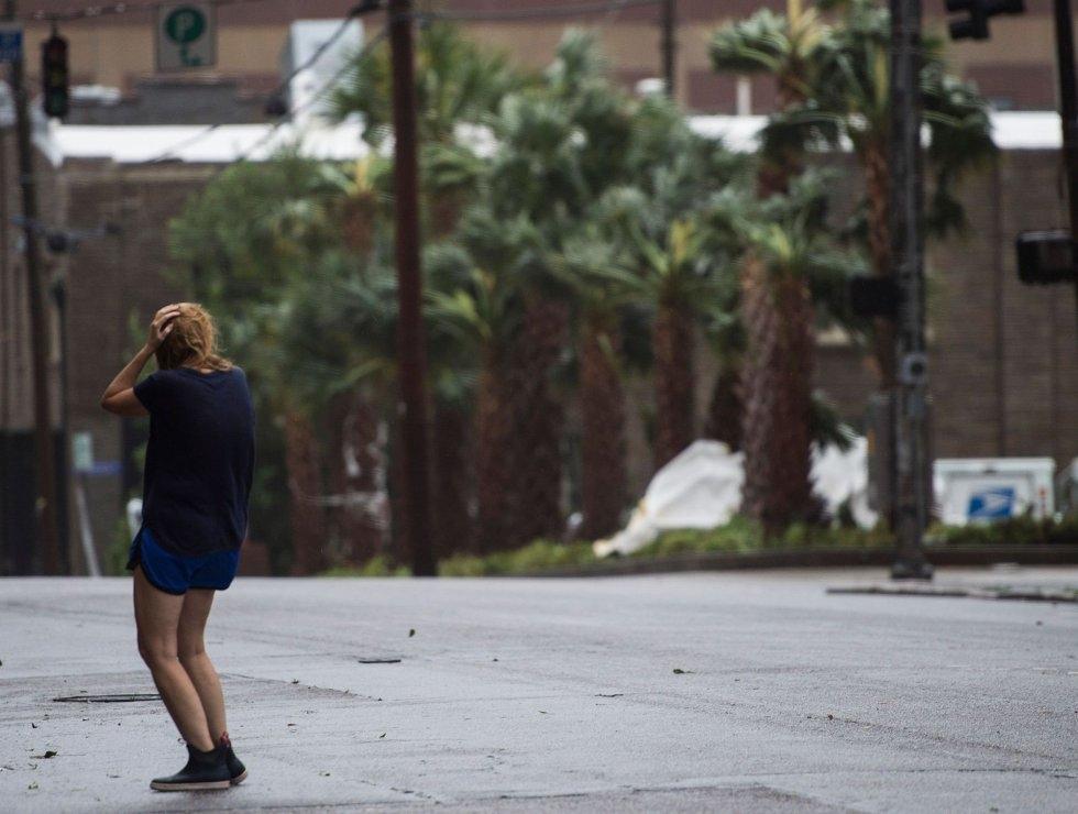 Una mujer se cubre de los vientos y la fuerte lluvia del huracán Florence en Wilmington, Carolina del Norte. ANDREW CABALLERO-REYNOLDS AFP