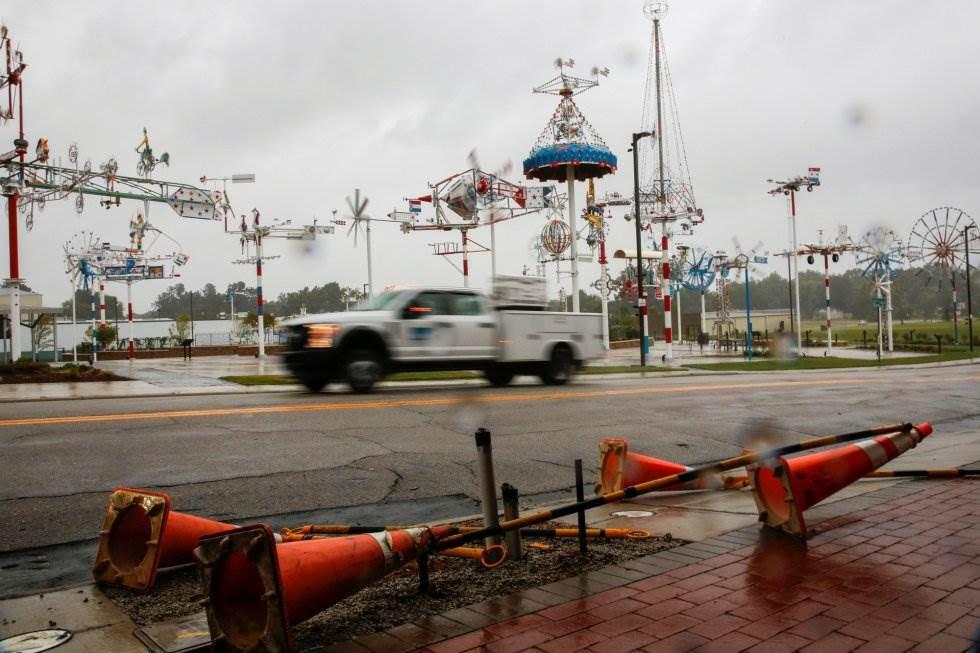 Las personas conducen por una carretera local en Wilson, mientras se pueden apreciar los efectos de Florence. EDUARDO MUNOZ REUTERS