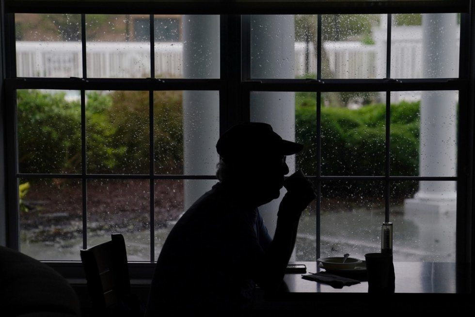 Un hombre que se a quedado varado en el lobby de un hotel que ha perdido la energía eléctrica durante la llega del huracán Florence a tierra en Wilmington, Carolina del Norte. CARLO ALLEGRI REUTERS