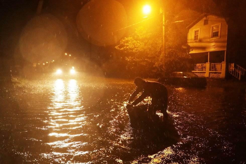 Michael Nelson flota en un barco hecho de una bañera de metal después de que el río Neuse se desbordó e inundó su calle durante el huracán Florencia en New Bern, Carolina del Norte. GETTY IMAGES