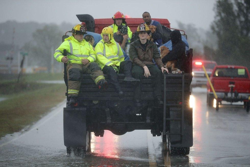 Equipos de rescate y voluntarios de la unidad de Respuesta de Crisis Civil trasladan a las personas rescatadas de sus hogares en James City, Carolina del Norte (EE UU).