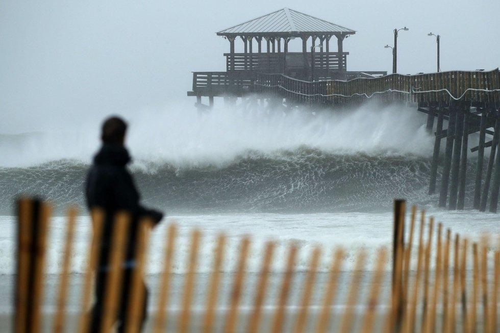 Las olas rompen contra un restaurante en la costa de Atlantic Beach (Carolina del Norte), el 13 de septiembre. CHIP SOMODEVILLA AFP