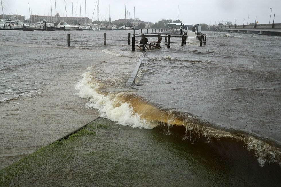 El agua del río Neuse cubre la pasarela de hotel Bridgepointe por las lluvias que acompañan al huracán Florence, el 13 de septiembre. CHIP SOMODEVILLA AFP