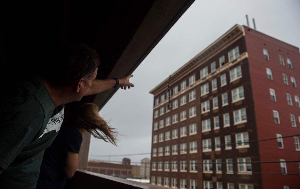 Dos personas observan desde un ventanar un edificio dañado por las fuertes lluvias del huracán Florence en Wilmington, Carolina del Norte. ANDREW CABALLERO-REYNOLDS AFP