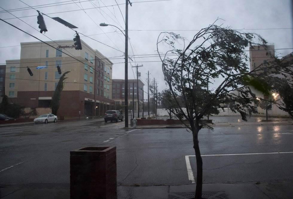 Un árbol se dobla por la fuerte lluvia y el viento del huracán Florence en Wilmington, Carolina del Norte. ANDREW CABALLERO-REYNOLDS AFP