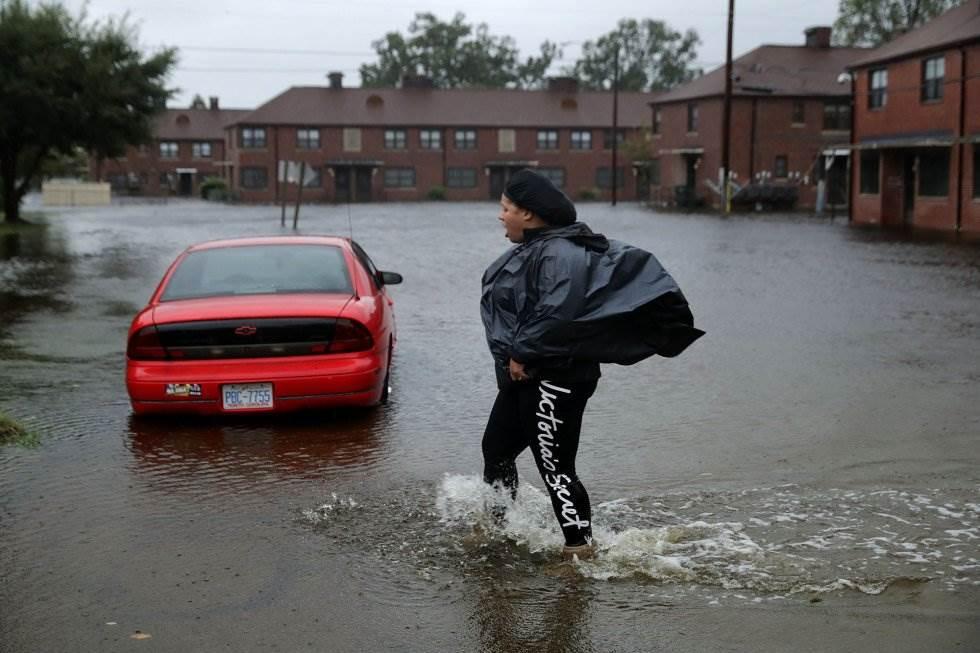 Una residente camina por una calle inundada por la crecida del río Neuse en New Bern (Carolina del Norte), el 13 de septiembre. CHIP SOMODEVILLA AFP