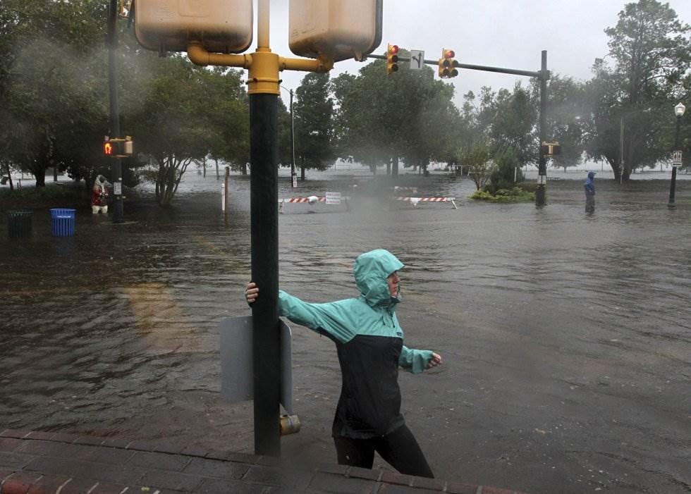Una mujer camina por una calle inundada en New Bern (Carolina del Norte). GRAY WHITLEY AP