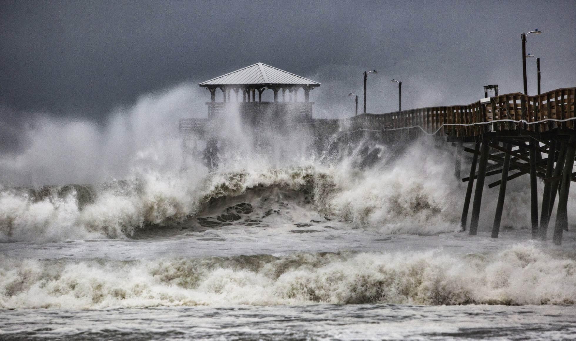 Las olas rompern contra un restaurante en la costa de Atlantic Beach (Carolina del Norte). TRAVIS LONG AP