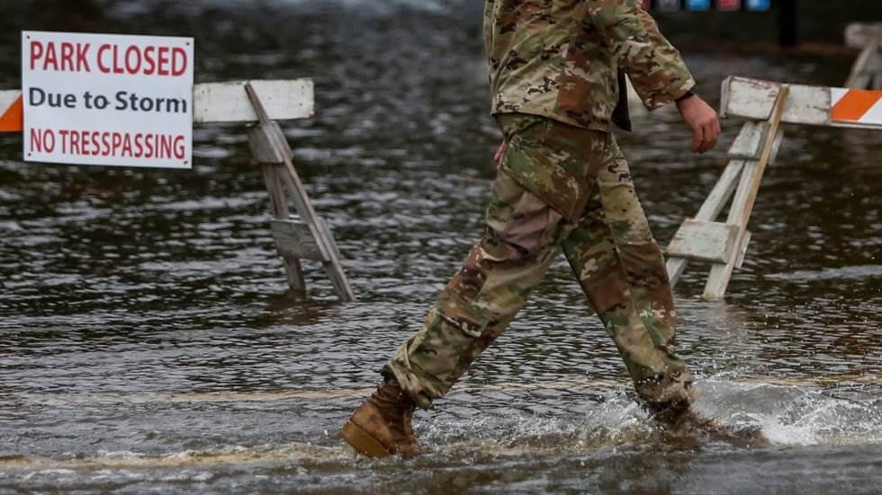 Un soldado norteamericano camina sobre el parque inundado de Union Point de New Berne (Carolina del Norte). EDUARDO MUNOZ REUTERS