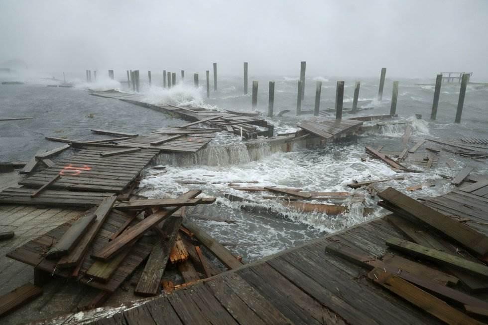 Destrozos en el muelle y en el paseo marítimo de Atlantic Beach (Carolina del Norte) por los fuertes vientos y las olas ante la llegada del huracán, el 13 de septiembre. CHIP SOMODEVILLA AFP