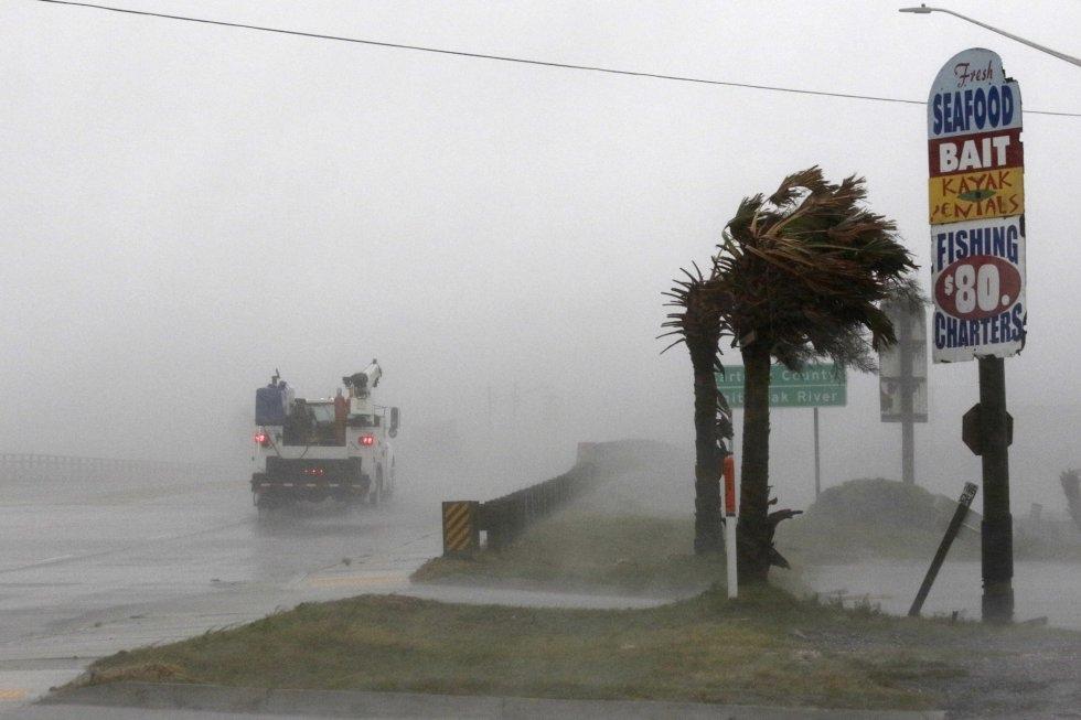 Un camión circula por la autopista 24 mientras se aproxima el huracán en Swansboro (Carolina del Norte). TOM COPELAND AP