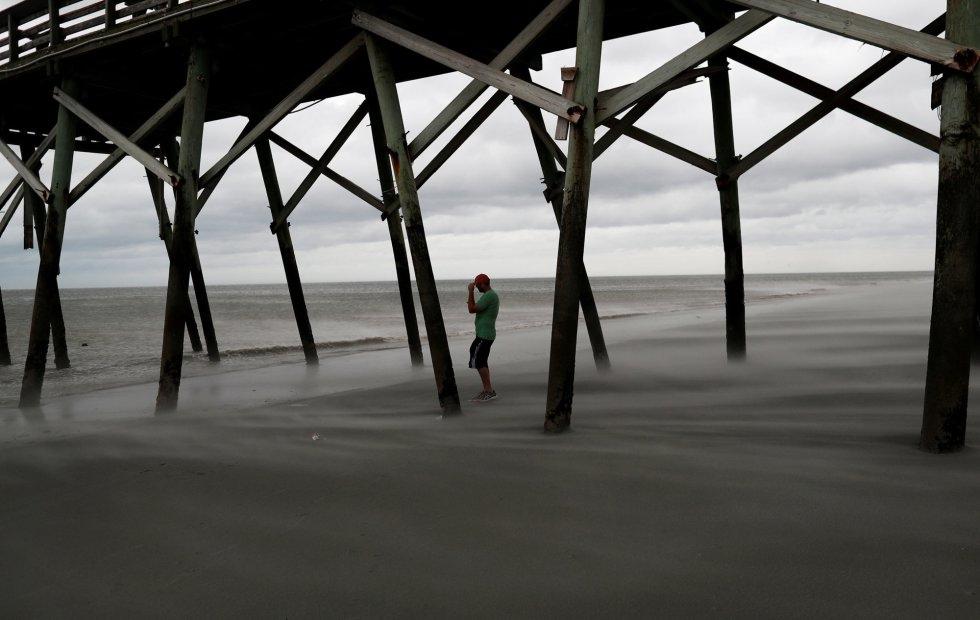 Matt Stone observa los vientos en la playa durante la llegada del huracán Florence en Surfside Beach, Carolina del Sur. RANDALL HILL REUTERS